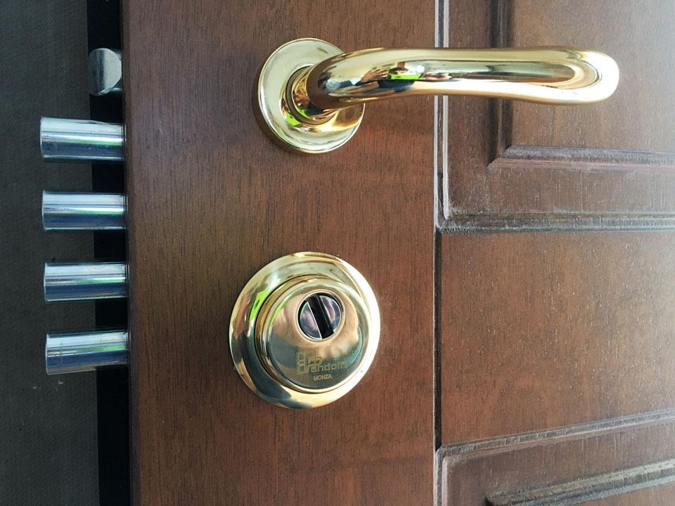 serrature porte blindate sicure Serrature per porte blindate con sblocco rapido dall'interno e/o chiusura rapida dall'esterno entrambi azionati da maniglia, per cilindro di sicurezza champions a.